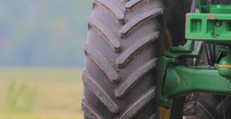 Entenda como a escolha e manutenção de pneus do seu trator podem melhorar sua produtividade